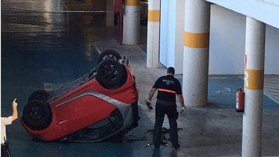 Un coche cae al vacío en el parking de Son Espases