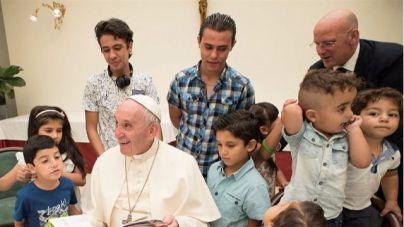 El Papa almuerza con los refugiados sirios