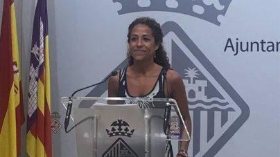 Se estrena como alcaldesa en funciones con el debate del verano