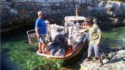 El servicio de limpieza del litoral y el personal del parque colaboran en la limpieza