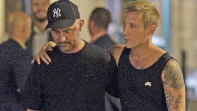 David Delfín arropado por su pareja Pablo Sáez