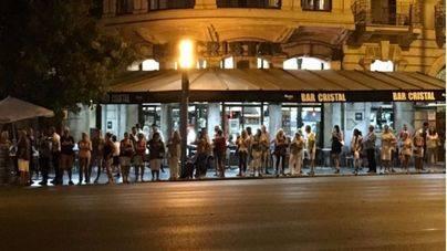 Largas colas de turistas en busca de taxi en la Plaza de España de Palma