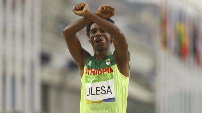 El atleta etíope Feyisa Lilesa pide asilo en Brasil