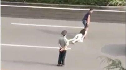 Arrastra por la calle a su mujer en China y un policía ni se inmuta