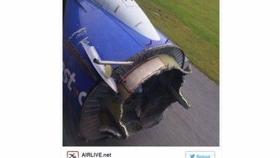 Un avión pierde parte del motor tras una explosión en pleno vuelo