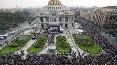 Miles de personas dan su último adiós a Juan Gabriel
