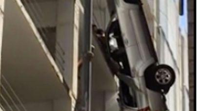 """Rescatado mientras su coche colgaba """"de un hilo"""" desde un noveno piso"""