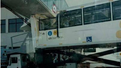 Un bus con discapacitados choca contra un puente de Son Sant Joan