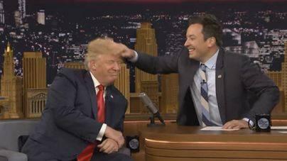Un presentador estadounidense despeina a Donald Trump