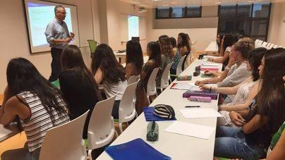 El elevado número de peninsulares obliga a dar las clases de Medicina en castellano