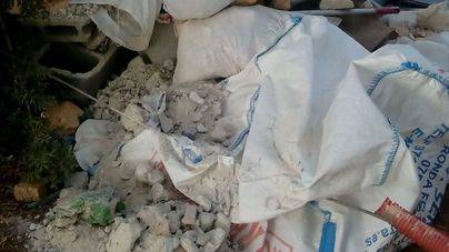 Cazado tirando escombros de obra en una acera de Sencelles