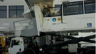 Expedientan al trabajador que informó del choque de un bus contra un finger