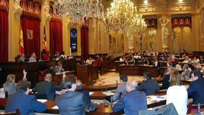 La deuda del Govern con los Consells entra a debate en el Parlament