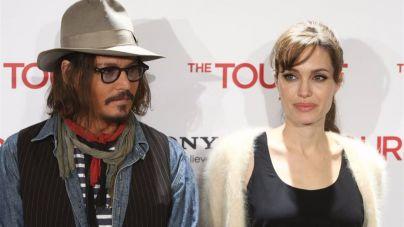 Johnny Depp consuela a Angelina Jolie