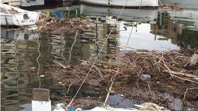 Las lluvias arrastran la suciedad acumulada de los torrentes al mar