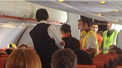 El Parlament pide promover el consumo de alcohol responsable en aeropuertos y vuelos