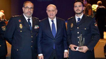 Galardonado el Policía Nacional que salvó a dos menores en Son Serra