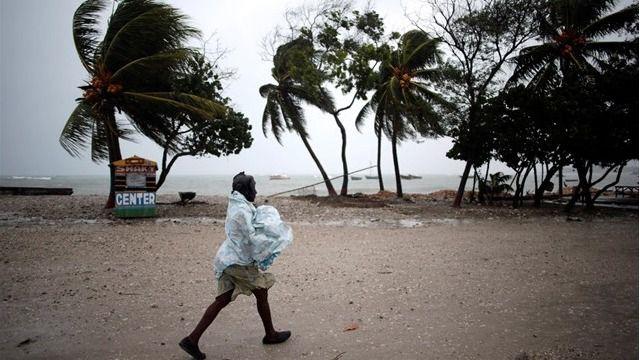 'Matthew' deja cerca de 300 muertos en Haití y llega a Florida
