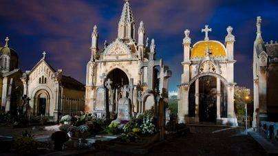 Lectura de poesía nocturna en el cementerio de Palma