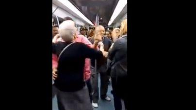 Una pareja de ancianos se arranca a bailar un rap en el metro de Barcelona