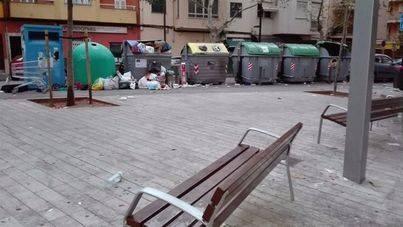 Los vecinos denuncian que la plaça Encarna Viñas se ha convertido en un vertedero