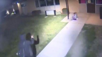 Un padre deja fuera de casa a su hija de 5 años con temperaturas gélidas