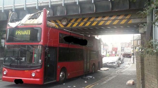 25 heridos al chocar un autobús de dos pisos contra un puente