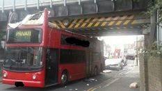 25 heridos al chocar un autob�s de dos pisos contra un puente
