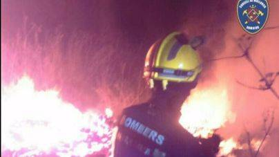 Los bomberos sofocan un fuego en un solar entre Inca y Llubí