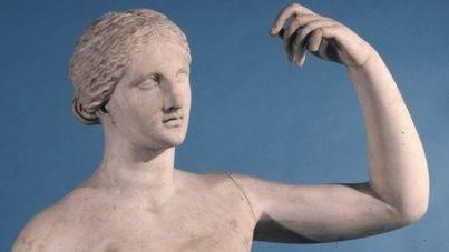 Un camarero se carga el dedo de una escultura del Museo Británico