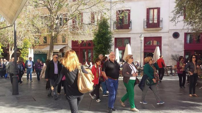 Turistas en temporada media por el centro de Palma