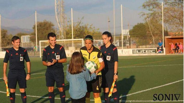 Yanira hace el saque de honor en el encuentro de Son Sardina