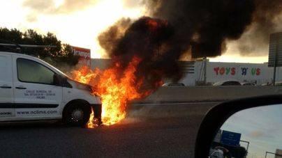 Una furgoneta en llamas causó las retenciones de primera hora en Palma