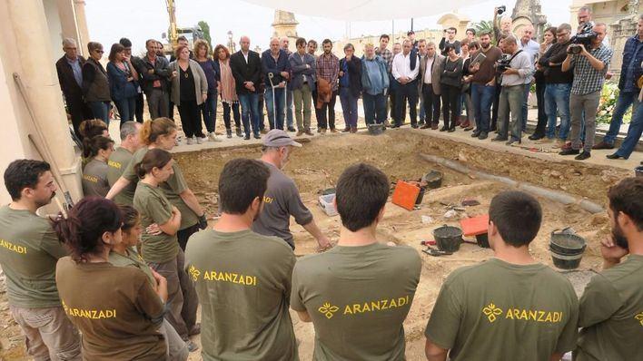 El doctor Francisco Etxeberria, antropólogo forense, dirige la exhumación.