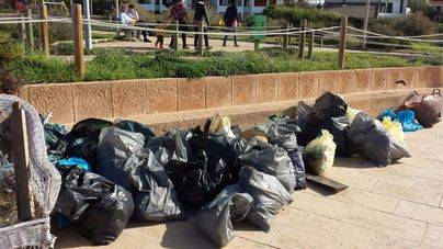 Más de 60 voluntarios retiran 340 kg de residuos de es Carnatge