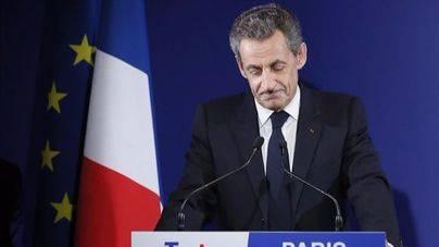Fillon y Juppé apean a Sarkozy