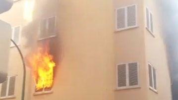 Una mujer herida y otra intoxicada en el incendio de un piso en Palma
