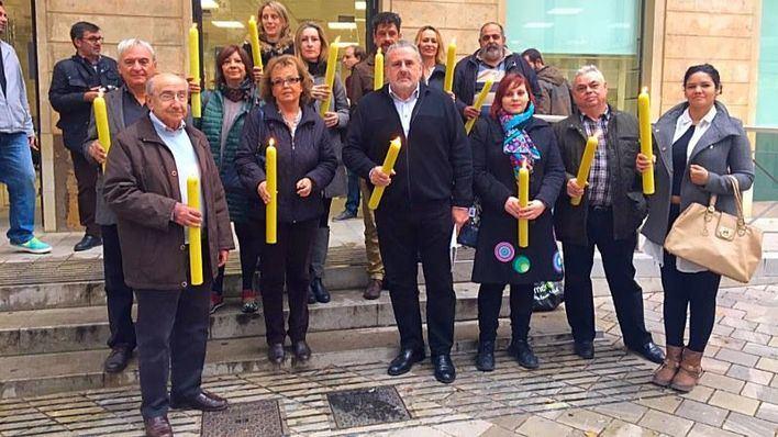 Los comerciantes de Palma entregan cirios a Hila para reclamar más alumbrado navideño