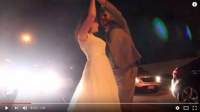 Unos recién casados atrapados en un atasco bailan en plena autopista
