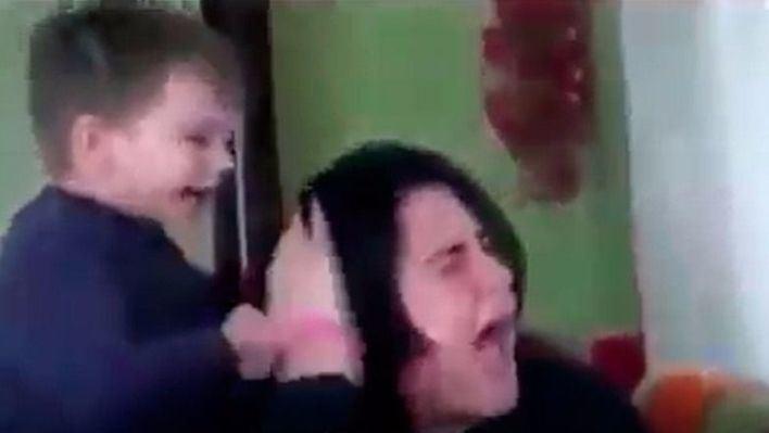 Indignación por el vídeo de un niño maltratando a su madre