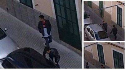 Dos jóvenes asaltando un coche en plena vía pública