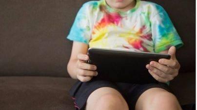 El abuso de dispositivos móviles aumenta la obesidad infantil