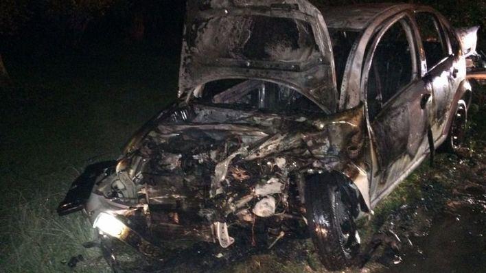 Dos heridos tras el incendio de un turismo en un choque frontal