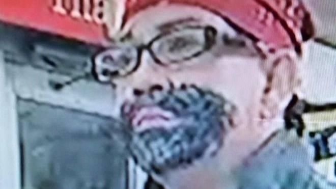 Un hombre se pinta una barba para robar en una gasolinera