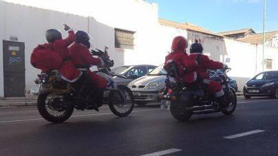 Un centenar de Papás Noel moteros recorren la isla