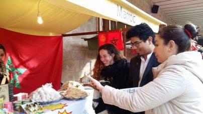 Una veintena de asociaciones participan este domingo en la I Feria de las Culturas