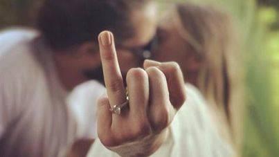 Margot Robbie confirma su matrimonio con una peineta