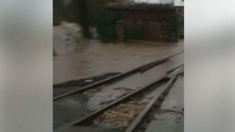 El agua del torrente invade la vía del tren
