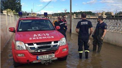 Los Bomberos de Palma siguen achicando el agua acumulada del Pla de Sa Casa Blanca