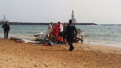 Una avioneta realiza un aterrizaje de emergencia en la playa de Las Teresitas